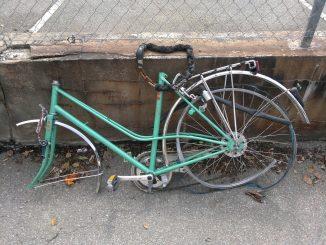 schrottreifes Fahrrad ohne Lenker und Vorderrad