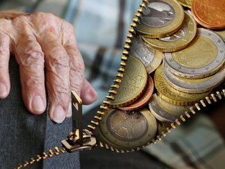 Hand eines alten Menschen - Geld