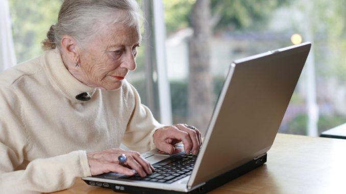 Seniorin arbeitet am PC