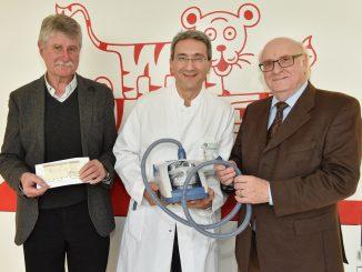 .wtv Geschäftsführer Dr. Karl-Rolf Schmid bei der Spendenübergabe.