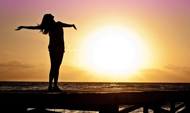 Frau vor Sonnenuntergang - Freier Wille