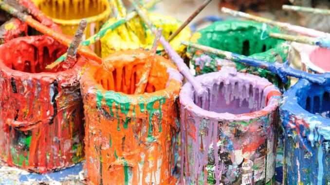 Ausgetrocknete Farbtöpfe mit Pinsel