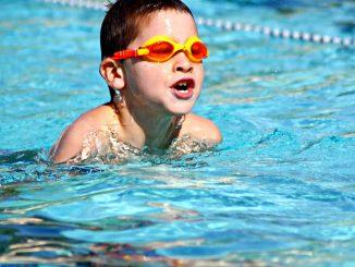 Schwimmfit: Kind schwimmt im Freibad