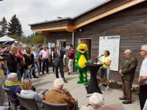 Stammheims Bezirksvorsteherin Susanne Korge bei Ihrer Eröffnungsrede am Mikropult vor dem neuen Clubhaus