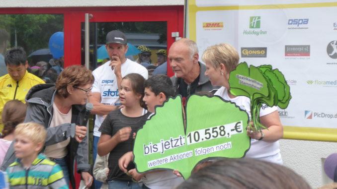 Stammheimer Kindergartenkinder übergeben den Spendenstrauß in Form von Ginkgo-Blättern
