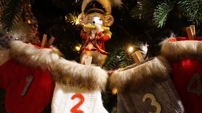 Sockenadventskalender mit Weihnachtsfigur